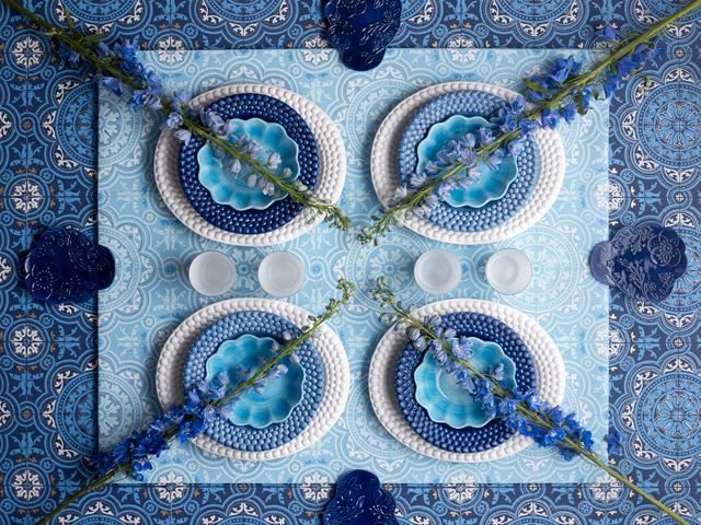 白い食器と青い食器でテーブルコーディネート