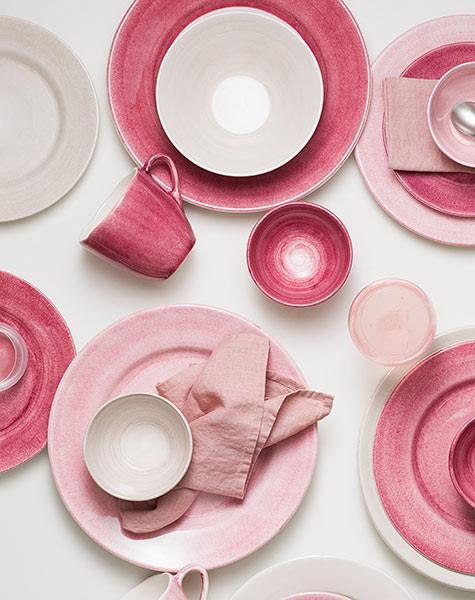 ピンク色の陶器の大皿