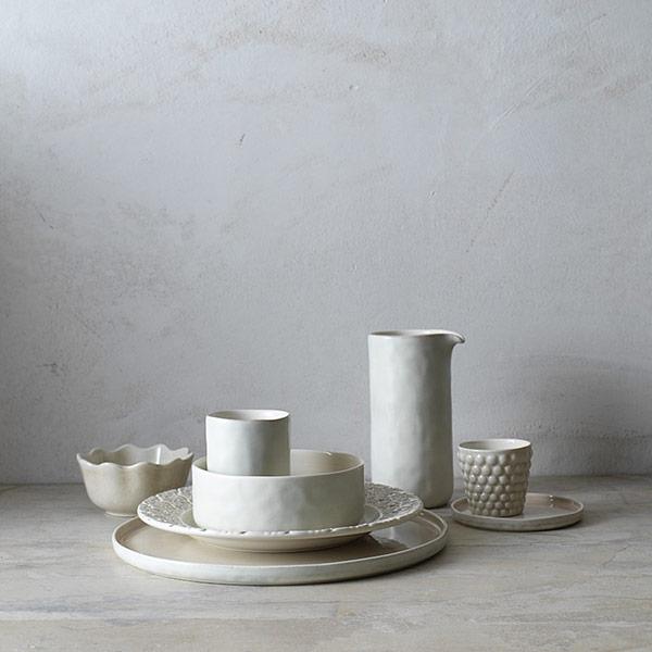 シンプルな陶器製食器をアンダープレートに。