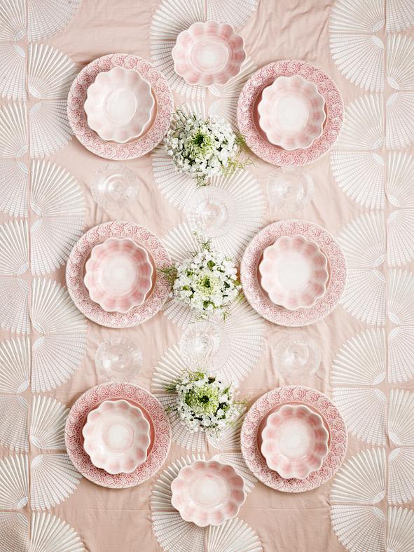 ライトピンクの食器 優しい色合いのテーブルセッティング