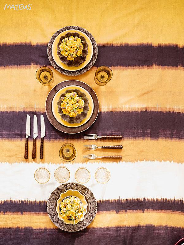 黄色とプラムのテーブルセッティング