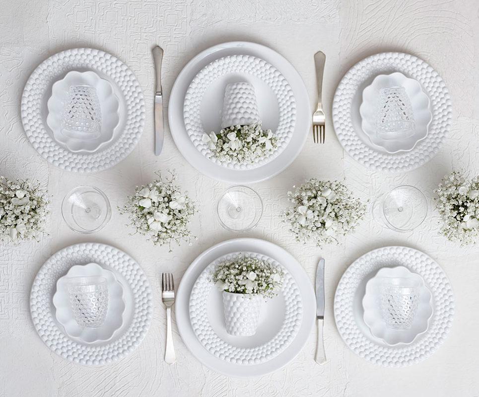 清楚なイメージの白い食器のテーブルコーディネート
