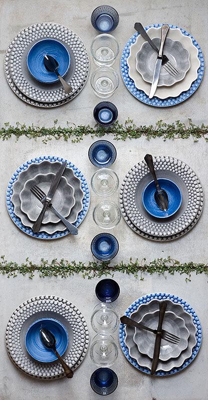 ライトブルーとグレーの食器でテーブルセッティング