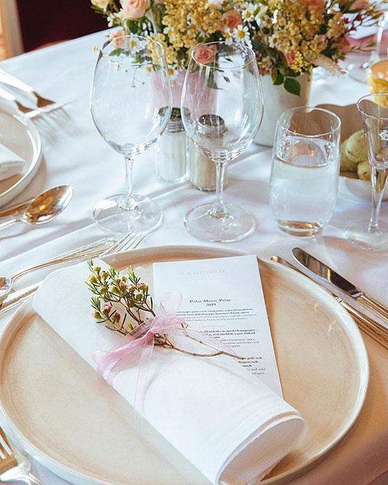 白い大皿と小花で可憐なテーブルコーディネート