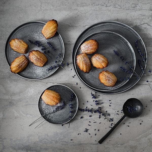 グレー色のシンプルな小皿