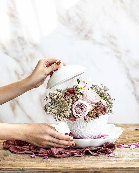 秋のお花と白い食器でフラワーアレンジメント