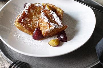 フレンチトーストをマテュースの白いお皿に盛り付け。
