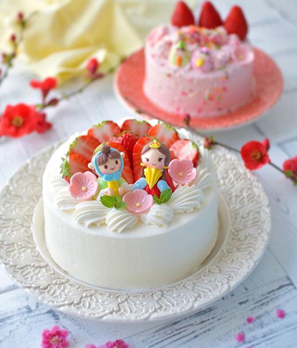 レース柄のお皿にのせたひな祭りケーキ