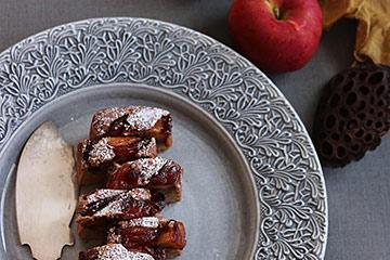 ケーキを盛り付けたグレーの大皿で優雅な秋のティータイムを。