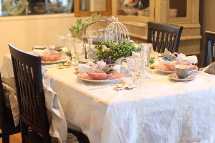 春にふさわしい、グリーン色とピンク色が引き立つテーブルコーディネート