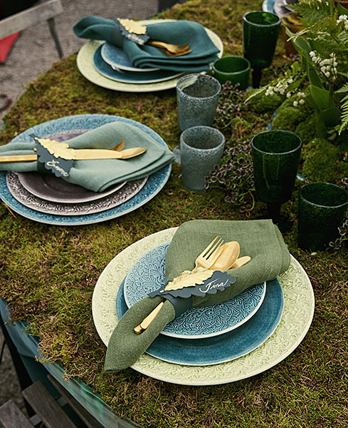グリーン色の食器でテーブルセッティング