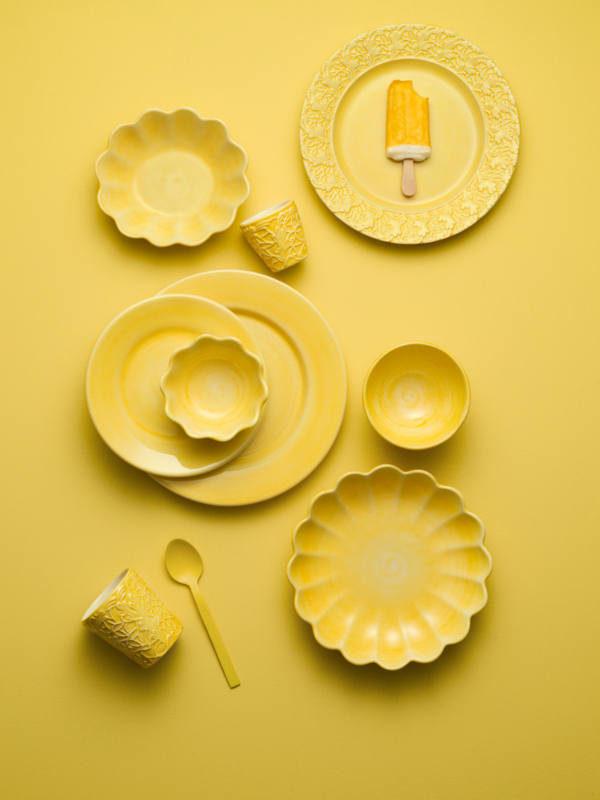 黄色のテーブルウェア