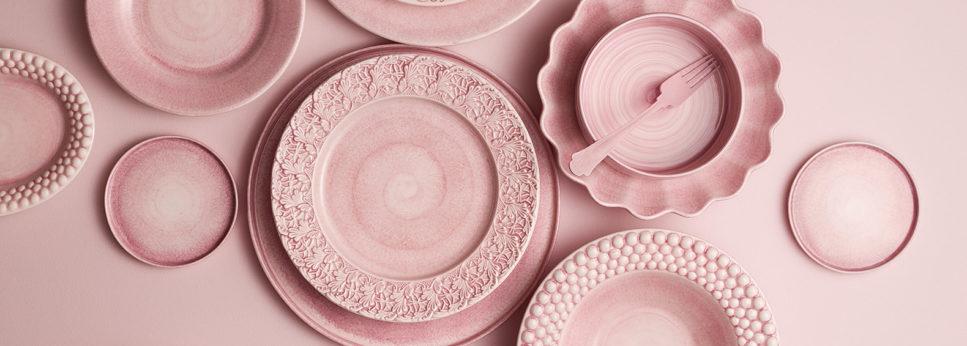 薄いピンクの食器