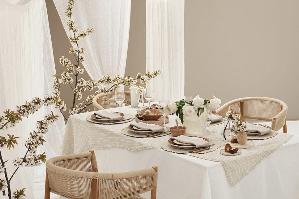 シナモン色の食器でシックなテーブルコーディネート