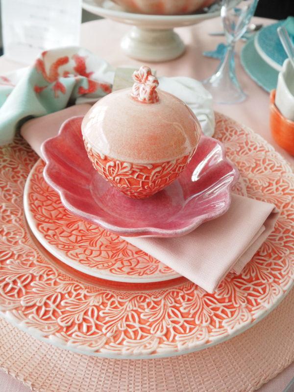 色展開の多いマテュースの食器の魅力を生かしたオリジナルなテーブルコーディネート