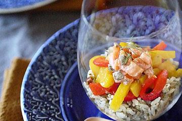 グラスに盛り付けた洋風寿司とお皿