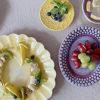 ビタミンカラーの黄色いお皿にバナナのリース