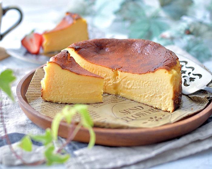 バスクチーズケーキを高級感あるケーキ皿に。