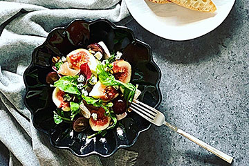 料理が美味しく見える黒い器に盛り付けるだけで、シックな秋の無花果のサラダに