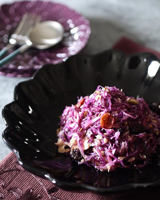 紫キャベツを盛った黒い器