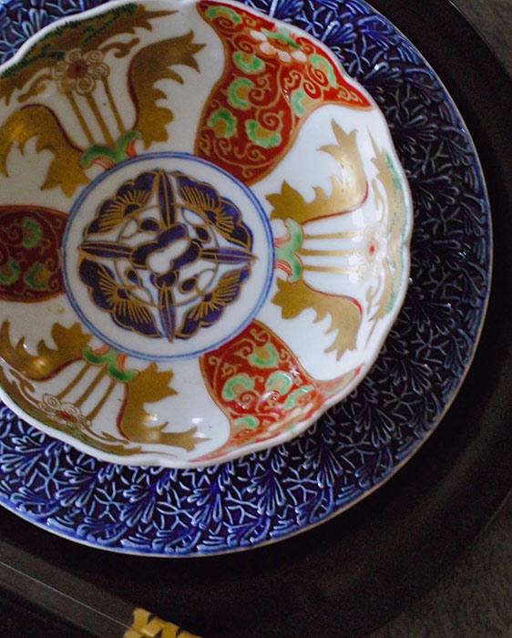骨董品の食器と重ねた和モダンなお皿