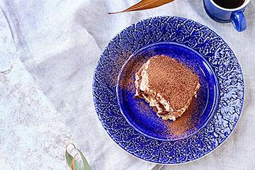 ティラミスを青いお皿に盛り付けてクリスマステーブルに!
