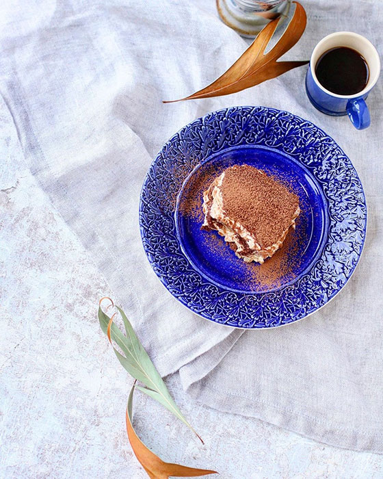 ティラミスを盛り付けた青いお皿