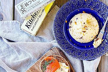 青いお皿の上へ盛り付けたバターがおしゃれなクロスティーニのインスタグラム投稿写真