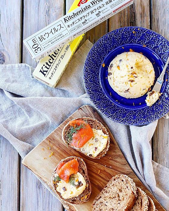 青い食器に盛り付けたバターとクロスティーニ