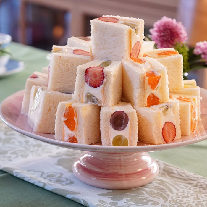 フルーツサンドを盛り付けたケーキスタンド