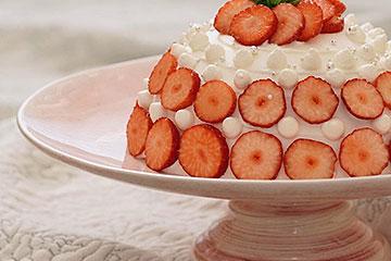 かわいいライトピンク色のナチュラルな雰囲気のケーキスタンド