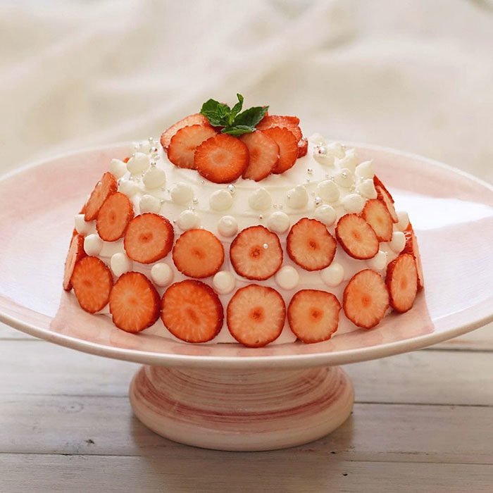 ケーキスタンドと苺のケーキ
