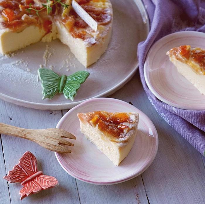 チーズケーキと小皿とバタフライの箸置き