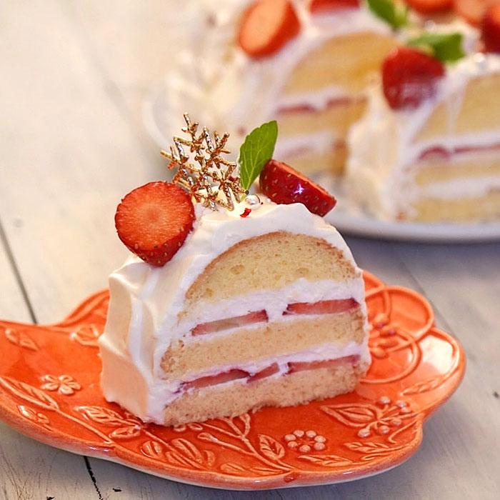 かわいい苺のケーキと湖の形の小皿