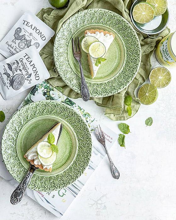 緑のお皿にケーキを盛り付け