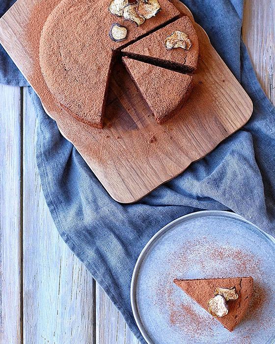 チョコレートケーキをグレーの食器に盛り付け