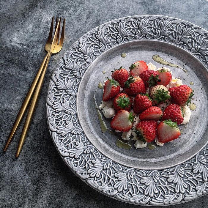 グレーの食器に苺を盛り付け