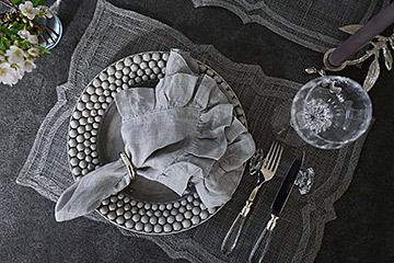 グレーのお皿に盛り付けたらクールなテーブルコーディネートに。