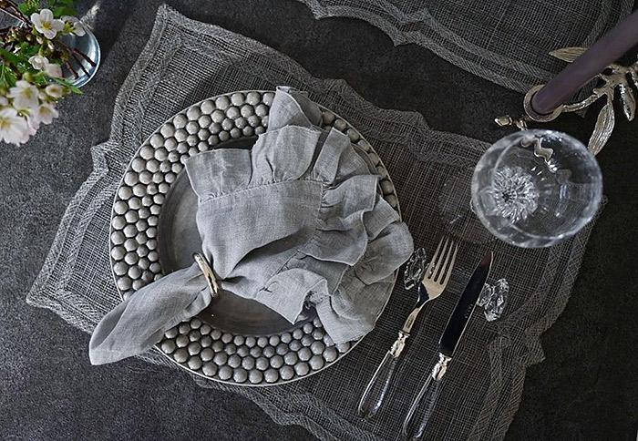 グレーのお皿でクールにテーブルコーディネート