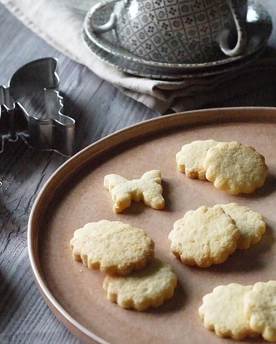 ハンドメイドのクッキーを盛り付けたフラットプレート