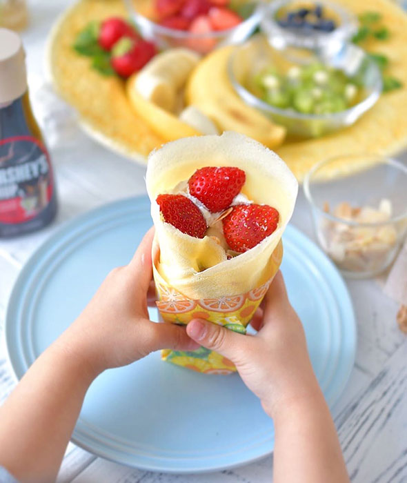 子供に人気の苺をのせた手作りクレープ