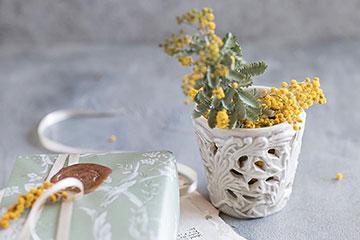春のお花のミモザを生けて、キャンドルホルダーを花瓶として