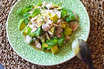 グリーンのお皿とタイ風ハーブサラダ