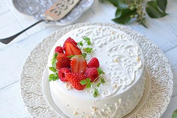 洋食器を苺のデコレーションケーキ用として