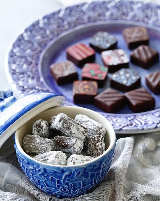ライトブルー色のふた付きレースボウルにチョコレート