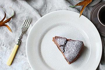 手作りの温かみがある陶器のお皿には、イタリアのマンマが作るマロンケーキ
