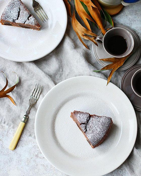 手作りの温かみがあるお皿にマロンケーキ