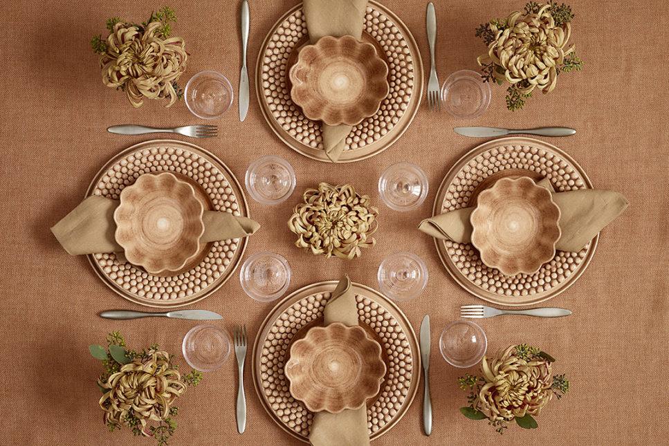 シナモンカラーの食器でテーブルセッティング