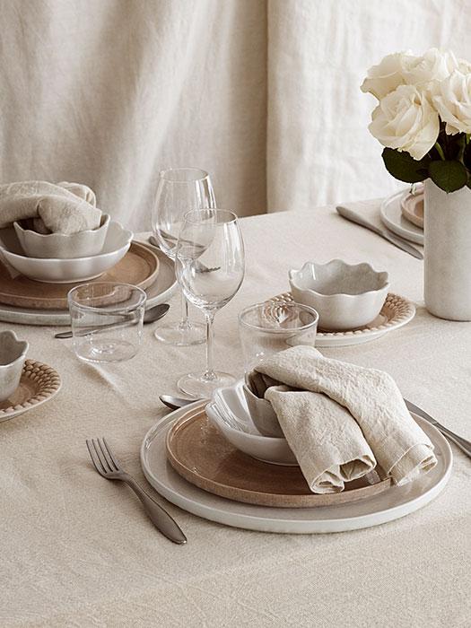シックなテーブルコーディネートにおすすめのシナモンとサンドの食器。