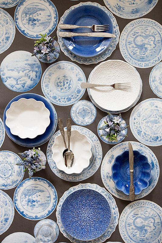 白い食器とライトブルーの食器を使ったノーブルな印象のテーブルコーディネート